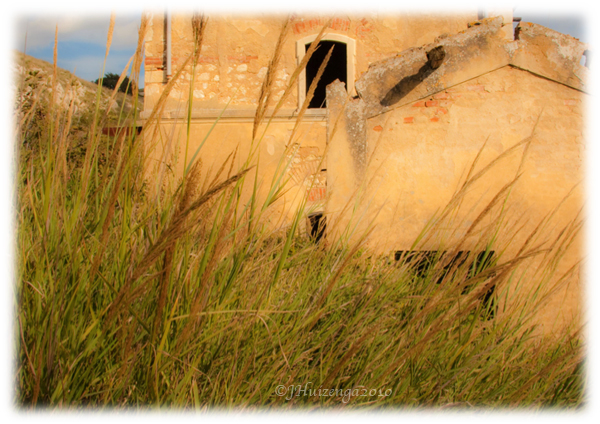 Abandoned house in a field in southeast Sicily, copyright Jann Huizenga