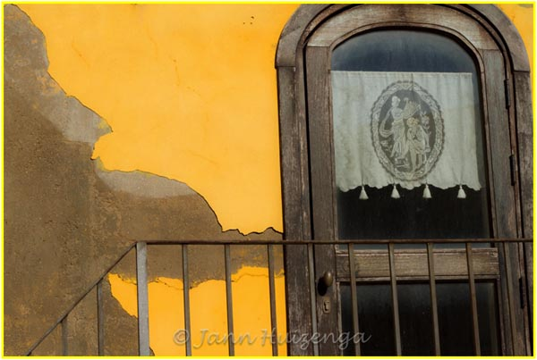 Yellow Wall in Southeast Sicily, copyright Jann Huizenga