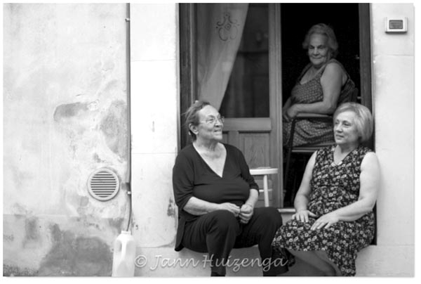 Stoop sitters in Sicily, copyright Jann Huizenga
