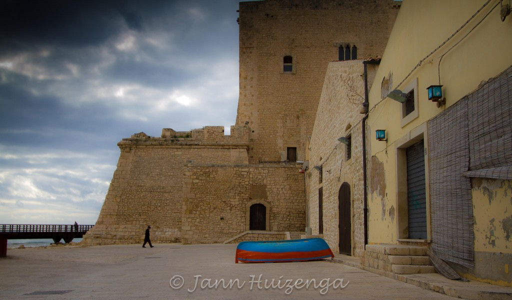 Blue and Red Boat in Pozzallo, Sicily, copyright Jann Huizenga