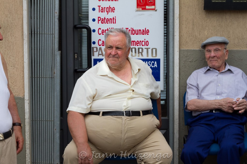Men Wait for San Paolo to parade by in Palazzolo Acreide, copyright Jann Huizenga