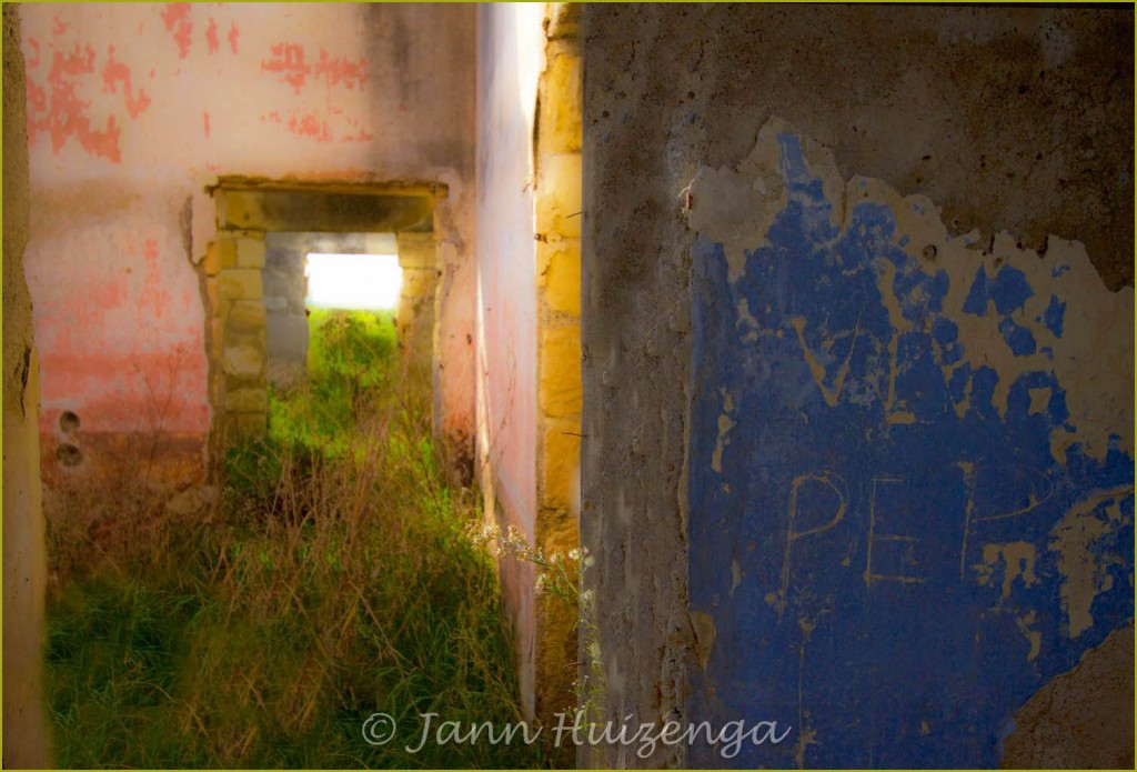 Abandoned house in Sicily with Pink Walls, Copyright Jann Huizenga